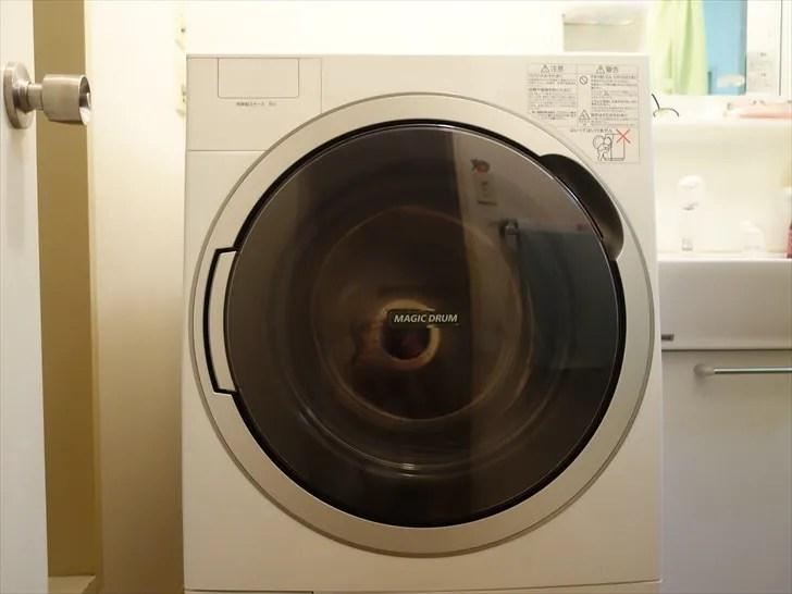 ドラム式洗濯機を正面から見たところ