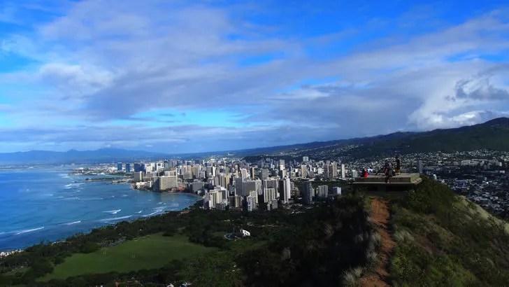 ハワイ・オアフ島にあるダイヤモンドヘッド(山頂から見えるワイキキエリア)