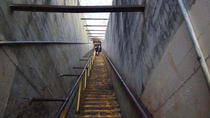 ハワイ・オアフ島にあるダイヤモンドヘッド(山頂の手前にある99段の階段)