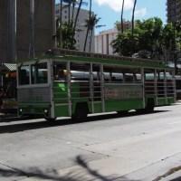 ハワイ・オアフ島のHISのレアレアトロリー(バスの外観)