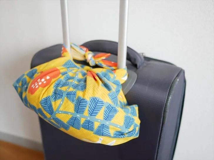 風呂敷バッグをスーツケースにつけたところ