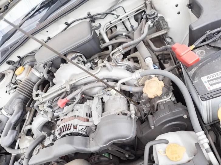 エンジンオイル交換時期の確認:オイルゲージを引き抜く