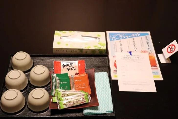 ニューフジヤホテルの部屋に用意された茶菓子