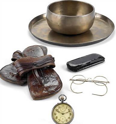 Alguns pertences de Gandhi (Foto por Antiquorum)