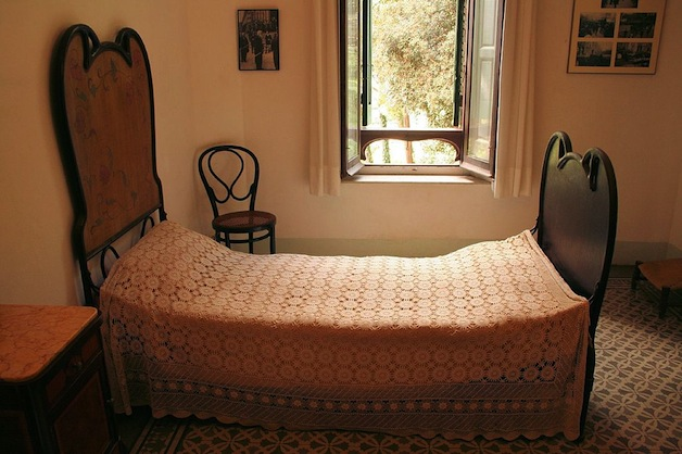 1024px-Gaudi's_Bedroom_in_his_House_in_Park_Güell