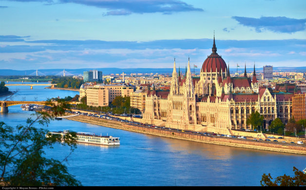 Hungarian_Parliament_Building_from_across_the_Danube_from_Gellért_Hill