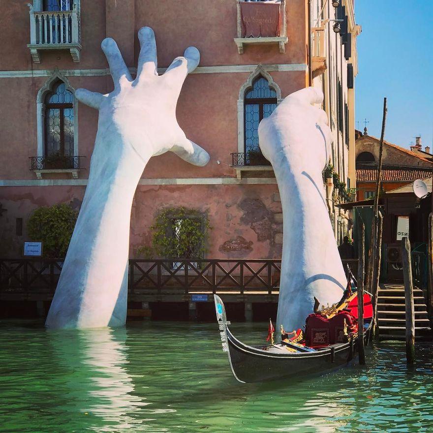 hands-sculpture-support-lorenzo-quinn-venice-10-59186fcf0d798__880