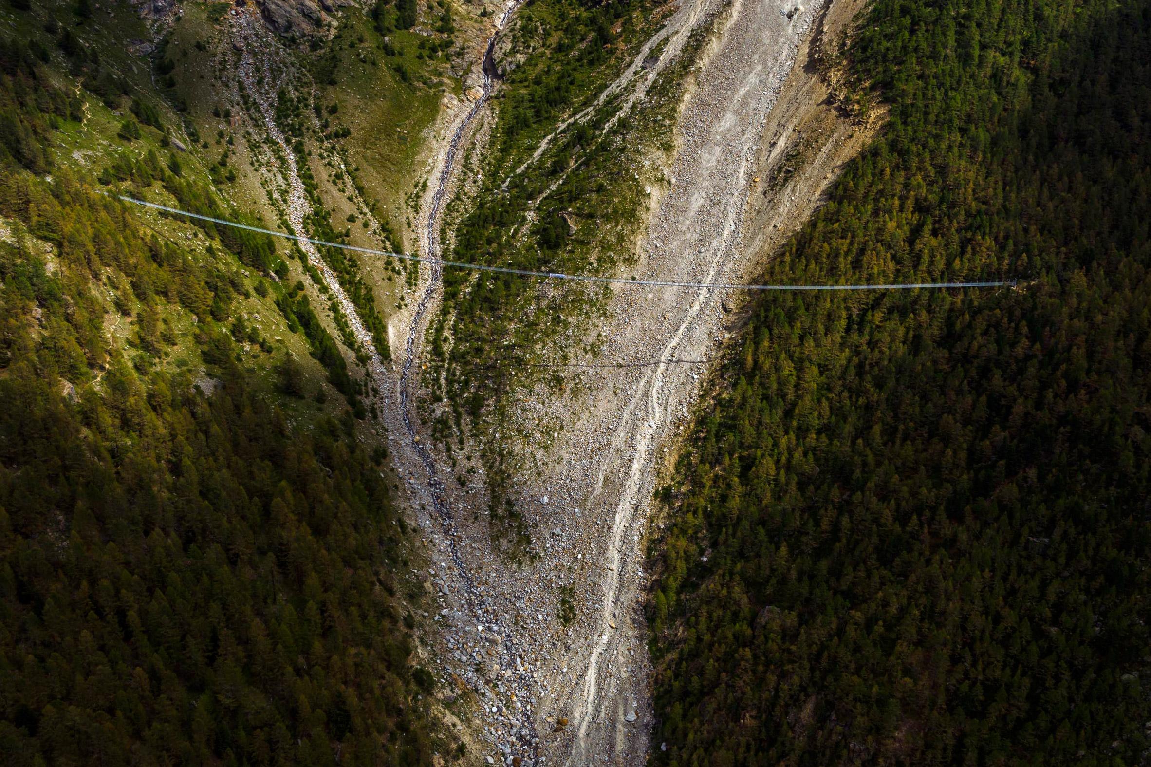 charles-kuonen-suspension-bridge-switzerland_dezeen_2364_col_1