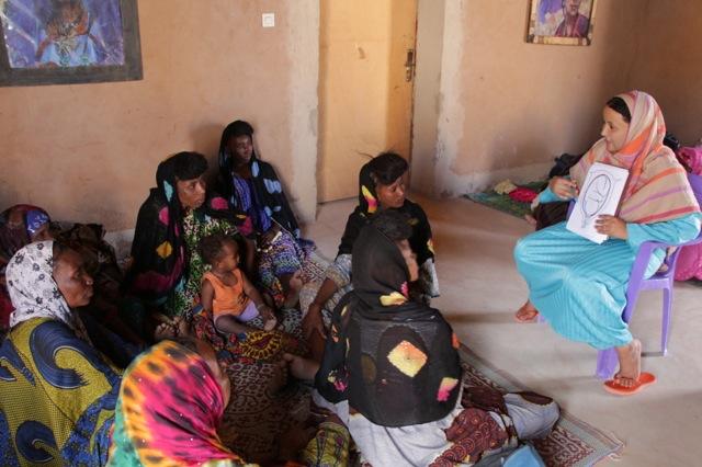 Achicha explaining germ theory to the Wodaabe trainees.