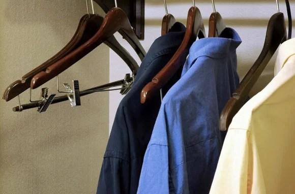 haine pe umeras uitate in hotel
