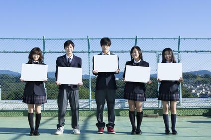 屋上に立つ高校生たち