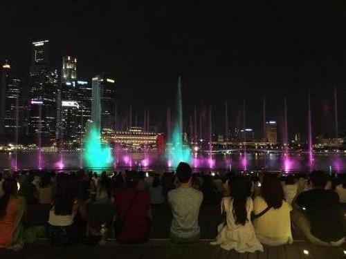 Wasserspiele am Marina Bay Hotel Singapur bei Nacht