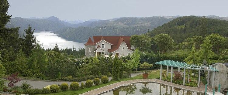 prancinghorse-lake-view