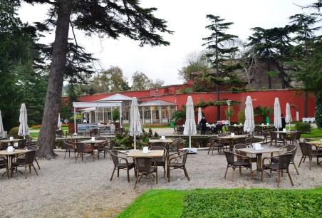 Çay bahçesi at Beylerbeyi Sarayı in Beylerbeyi, Istanbul, Turkey