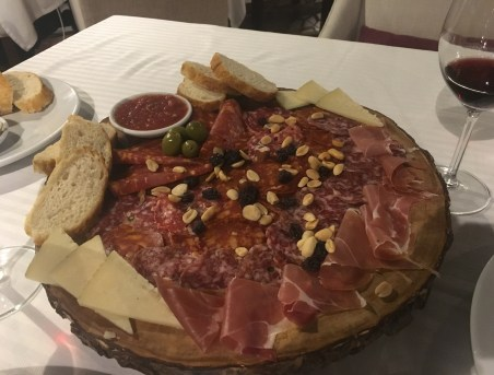 Spanish meats and cheese at Vuestro, Jardines de la Alhambra, Pereira, Risaralda, Colombia