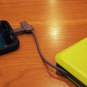 モバイルバッテリーWSTケーブル内蔵12000mAHpowerbank でiPhoneを充電している様子