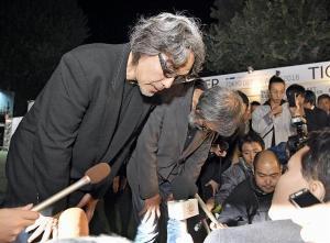 謝罪する川崎健二社長、多摩美術大学田淵教授