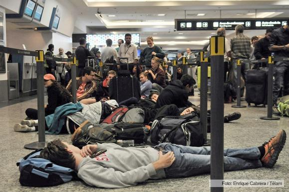 Passengers napping in Check-in area, from Telam news agency