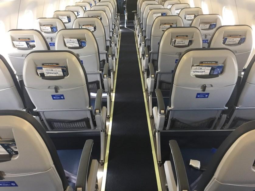 Very skinny aisles E190 United