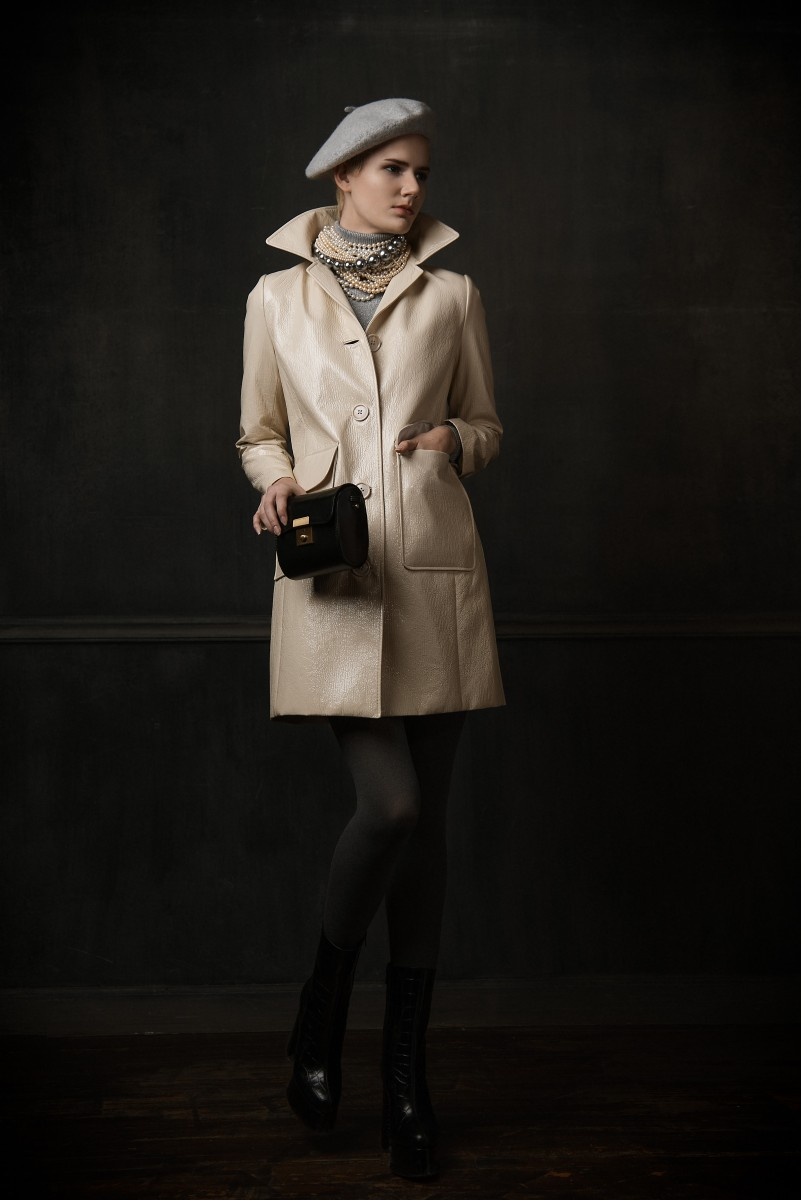 Antonella french Look with beret pearls anf leather coat