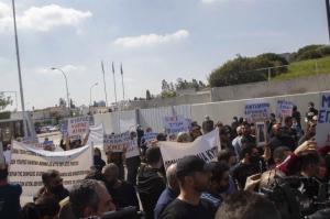 """Διαμαρτυρία έξω από το RIC για το τραγούδι """"El Diablo"""""""