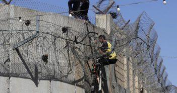Warga Palestina di Jalur Gaza memanjat tembok raksasa yang didirikan Israel. Tembok itu menjadi pembatas pemukiman warga Palestina yang miskin dan wilayah Israel yang dipenuhi pemukiman elite. (Int)