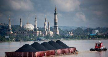 Potret pengangkutan batu bara di perairan Sungai Mahakam. Setiap hari, ratusan kapal yang mengangkut emas hitam hilir mudik di sungai terpanjang kedua di Indonesia tersebut. (Int)