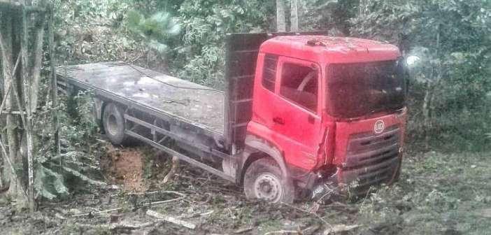 Truk Fuso Seruduk Dua Motor di Tanjakan Tanah Merah