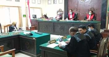Pembacaan Eksepsi, Hakim-Kuasa Hukum Firman Berdebat