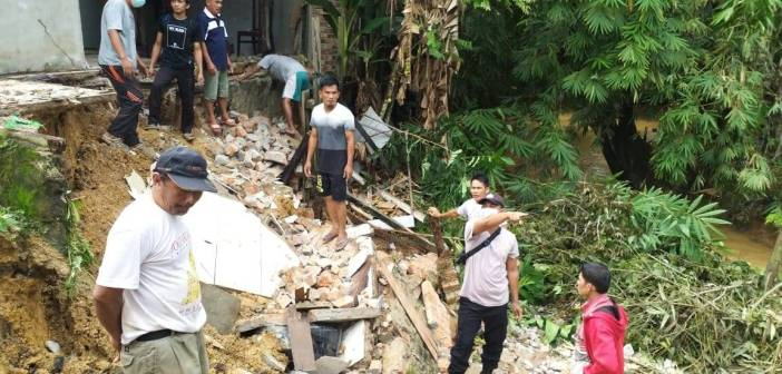 Hujan Deras, Satu Rumah di Manggar Alami Longsor
