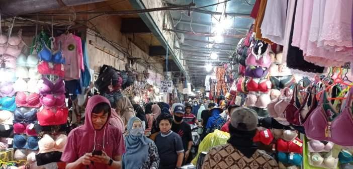 Pasar Pagi Samarinda Dipadati Warga, Mulai Berburu Baju Lebaran