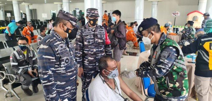 Lanal Balikpapan Gelar Vaksinasi Massal di Pelabuhan Semayang