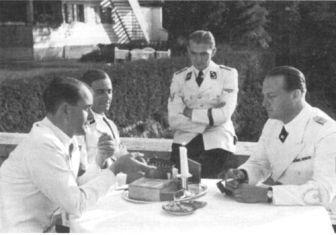 Kanan ke kiri: Albert Speer, Max Wunsche, Karl Brandt, dan seorang pria tak dikenal penulis - Speer dijatuhi hukuman 20 tahun penjara, Brandt dijatuhi hukuman mati