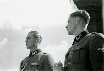 Max bersama Joachim Peiper - nantinya Peiper dijatuhi hukuman mati atas kejahatan perang namun diringankan hingga 12 tahun