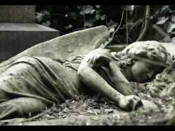 Sebuah patung malaikat yang berduka