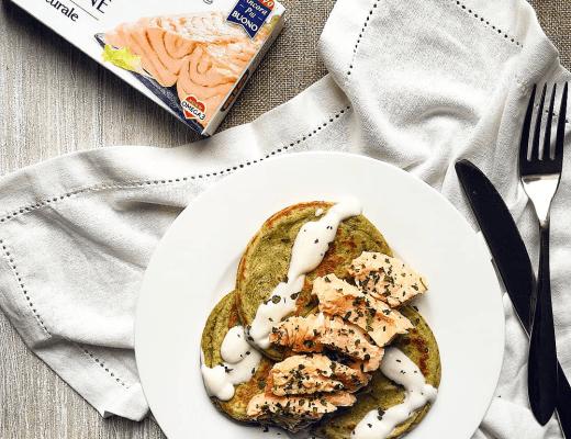Pancake all'avocado e thè Matcha, salsa allo yogurt e filetti di salmone - Non Chiamatela Dieta