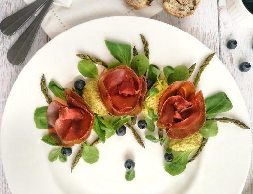 Insalata estiva di bresaola della Valtellina IGP, mirtilli, songino, asparagi e mandorle - Non Chiamatela Dieta