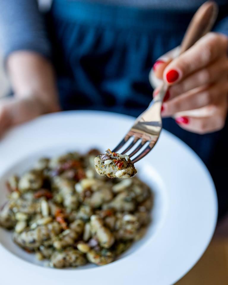 Primo Piatto: Gnocchetti di ceci e grano saraceno, pesto di cime di rapa, pomodori secchi, olive taggiasche e pinoli - Non Chiamatela Dieta