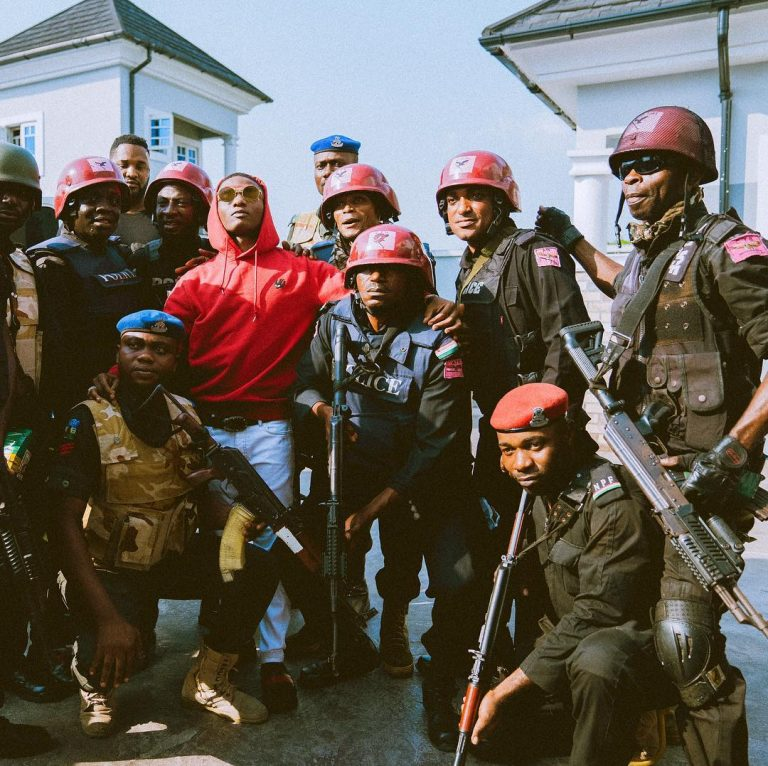 Wizkid Surrounded By Armed Police Men In Port Harcourt (Pics)