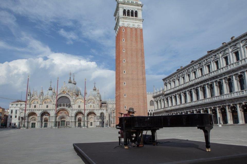 """Venezia, piazza San Marco il live di Zucchero """"Sugar"""" Fornaciari"""