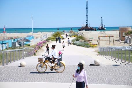 Rimini, la domenica ai tempi della Fase 2 tra lungomare e parchi affollati, i cittadini tornano a riappropriarsi dei propri spazi in città