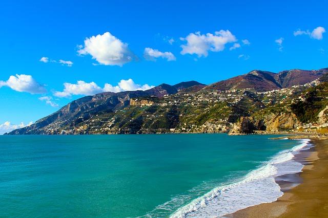 Vietri sul Mare, risse e assembramenti: il sindaco chiude le spiagge libere