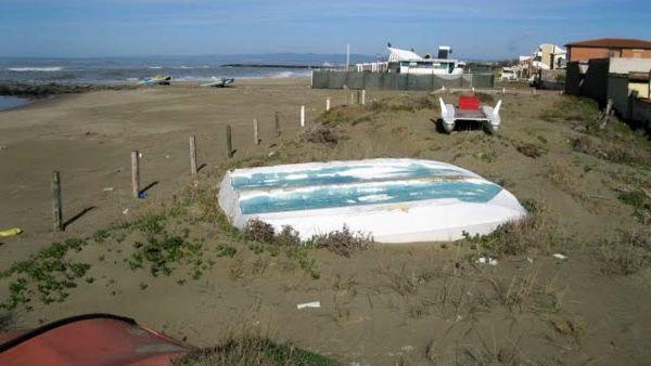 Spiagge, Relitti abbandonati a Fiumicino trasformati in fioriere: ecco l'idea