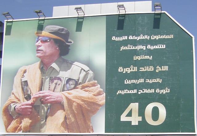 Manifesto di Gheddafi sulla strada per l'aeroporto di Tripoli