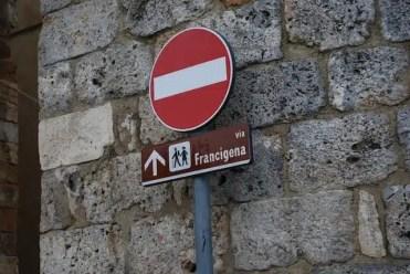 Un cartello che indica la Via