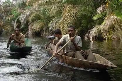 In canoa con i pigmei Baka