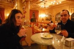 Si comincia sempre con l'aperitivo, un bicchiere di bianco, magari il Müller Thurgau, tra i vini più rinomati delle Alpi.