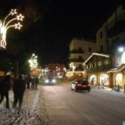 La sera Molveno diventa un'allegra raccolta di luci, colori e profumi invitanti.