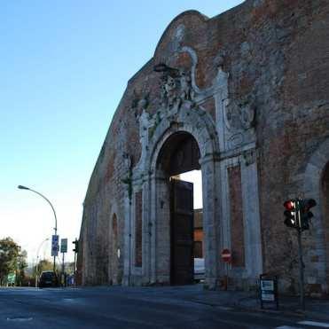 """Porta Camollìa (XII secolo), all'ingresso della città, saluta i pellegrini con le parole """"cor magis tibi sena pandit"""" – Siena ti apre il suo cuore."""