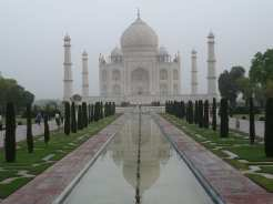Costruito come pegno d'amore dall'imperatore Shah Jahan in memoria della moglie preferita Arjumand Banu Begum, il Taj Mahal si trova ad Agra, come anche il Forte Rosso, costruito in arenaria dagli imperatori Mughal.